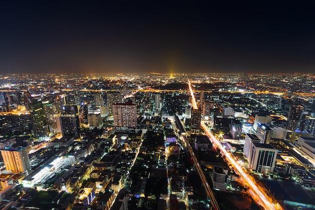 バンコク市内のダウンタウンとタイ、都市の景観の夜の道路交通
