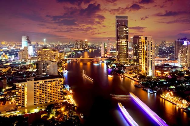 Взгляд сверху города бангкока городское на ноче от верхней части таиланда.