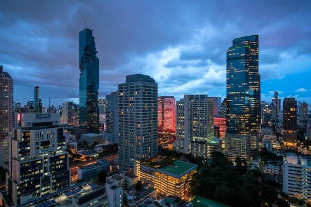 夕暮れの空でバンコク市内のスカイライン