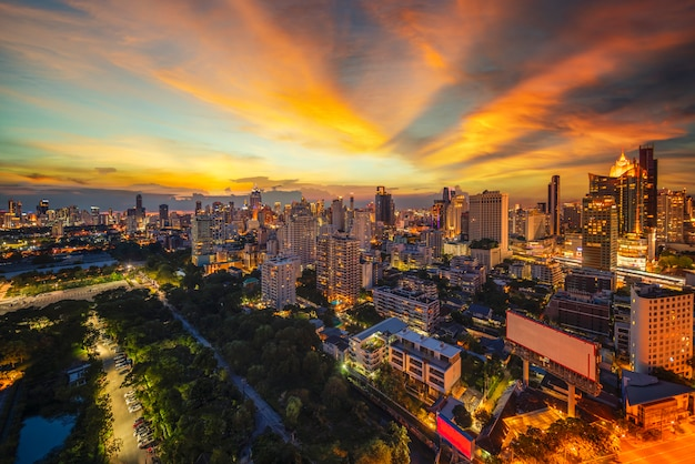 Переход города бангкока из дня в ночь,