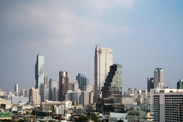 タイの混雑したダウンタウンに有名な建物があるバンコクの街