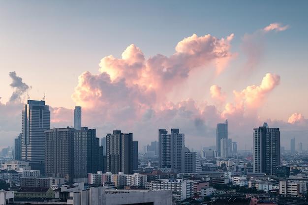 비즈니스 지구에서 아침에 건물 마천루와 방콕 도시