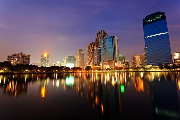 Бангкок вечером, отражение зданий в воде