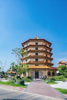 방콕, 태국-2020년 11월 15일:태국 포광산 타이후아 사원에 있는 모르는 사람들과 중국 탑.