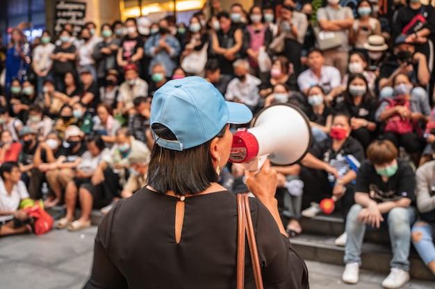 방콕/태국-29/10/2020:방콕시의 군중과 함께 실롬 단지 앞에서 반정부 폭도 시위대 연설.태국 자유 청년으로도 알려진 반정부 폭도.
