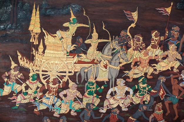 방콕, 태국 - 4월 25일: 2018. 태국 방콕의 에메랄드 불상(왓 프라 깨우 또는 왓 프라 시 라타나 사사다람)의 벽 라마야나 이야기에 있는 그림.