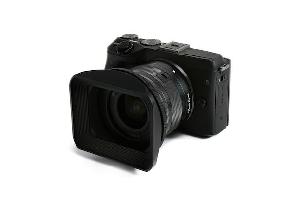 Бангкок, таиланд - 9 июля 2021 года: цифровой беззеркальный фотоаппарат canon m3 черный на белом фоне.
