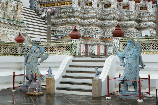 バンコクタイ-2020年7月7日:中国の戦士の石像は、タイの観光客で非常に有名なワットアルンラチャワララムのタイの寺院に立っています