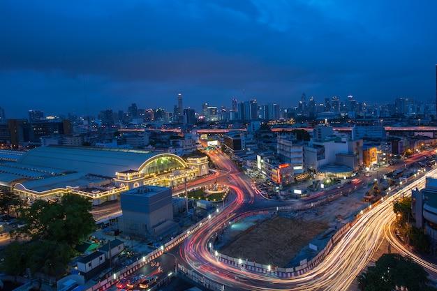 Бангкок, таиланд-5 июня 2017: главный вокзал таиланда, традиционный транспорт для тайских и туристических пассажиров, использующих для путешествий на станции хуа лампонг.