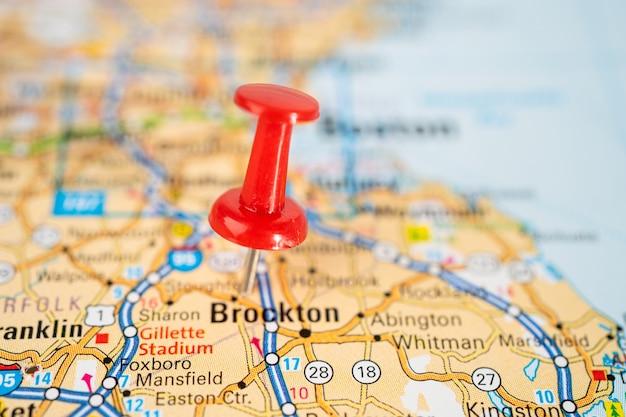 Бангкок, таиланд, 1 июня 2020 г., броктон, массачусетс, дорожная карта с красной канцелярской кнопкой, город в соединенных штатах америки, сша.