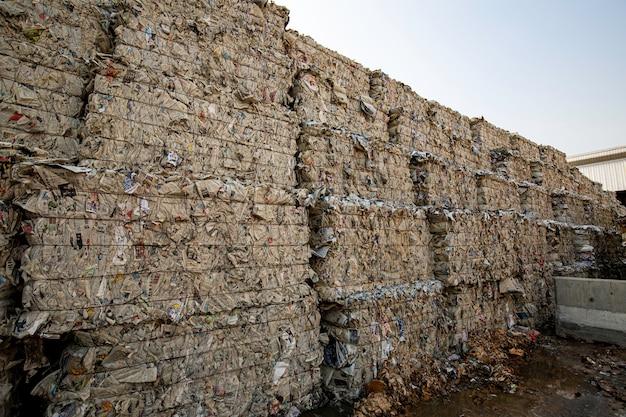 タイのバンコク-2020年6月10日リサイクル産業の製紙工場での紙の山と段ボール