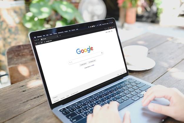 Бангкок, таиланд, 24 июня 2021 года. женщина набирает текст в поисковой системе google с ноутбука.