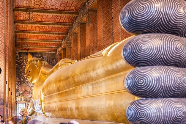 バンコク、タイ-2014年11月9日:タイ、バンコクのワットポー仏教寺院群のリクライニング仏像。