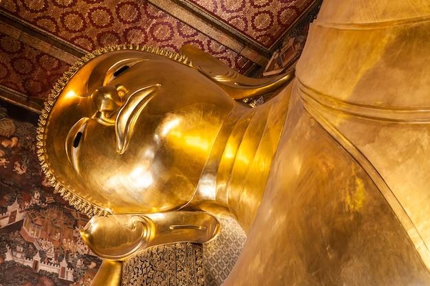 バンコク、タイ-2014年11月9日:タイのバンコクにあるワットポー仏教寺院群のリクライニング仏頭。