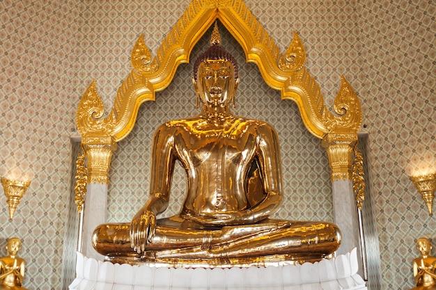방콕, 태국 - 2014년 11월 10일: 황금 불상은 방콕의 왓 트라이밋 사원에 위치한 무게 5.5톤의 세계에서 가장 큰 순금 동상입니다.