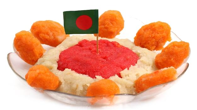 그릇에 국기와 함께 방글라데시 요리 할루아 또는 할바