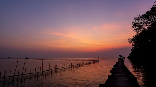Bangtaboon湾、美しい光、風景の日の出