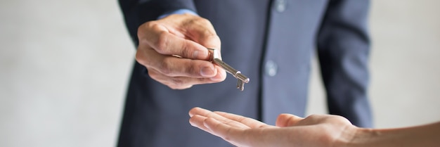 Банковский агент дает ключ от квартиры