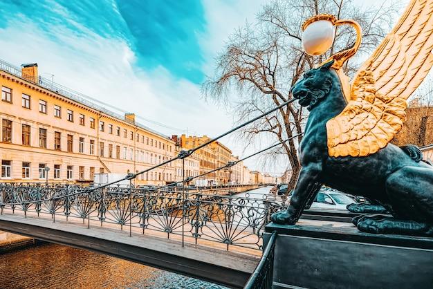 Банковский мост украшен фигурами грифонов. городской вид санкт-петербурга. россия.