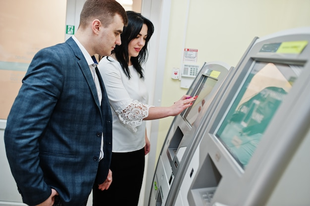 銀行の従業員が、atmマシンの操作方法をクライアントに説明します。