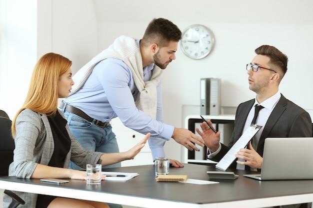 사무실에서 불쾌한 고객과 일하는 은행 관리자