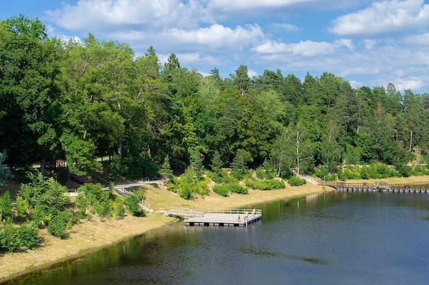 鬼の町の鬼川の土手。堤防は森に覆われ、