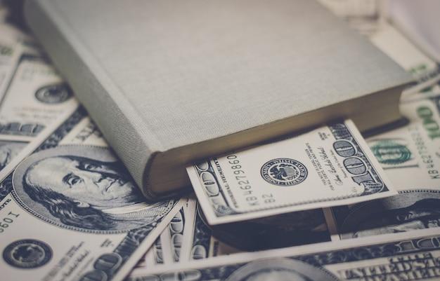 100 달러 지폐에 은행 educati의 비용에 대 한 프레 젠 테이 션 추상 패턴 개념