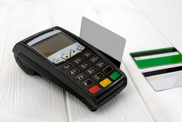 木製のテーブルにクレジットカードを備えた銀行ターミナル
