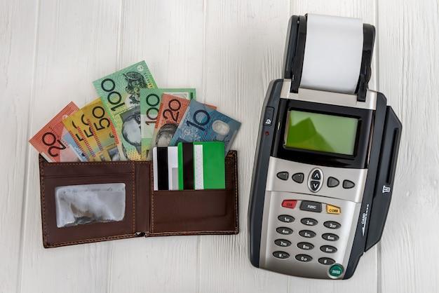 財布とオーストラリアドルの銀行ターミナル