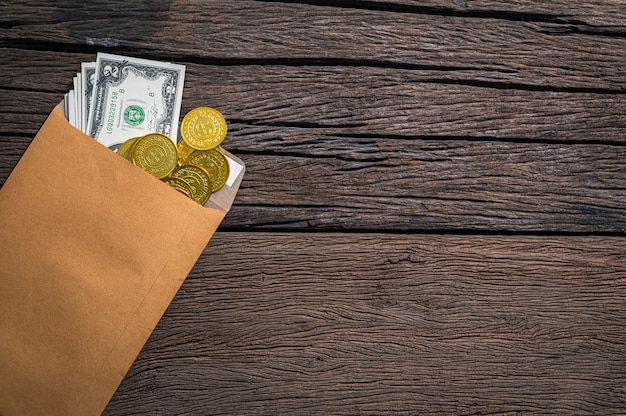 Конверт для банкноты и монетоприемника размещен на столе, вид сверху