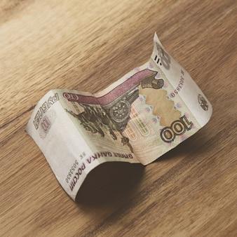 Банкнота на деревянной поверхности