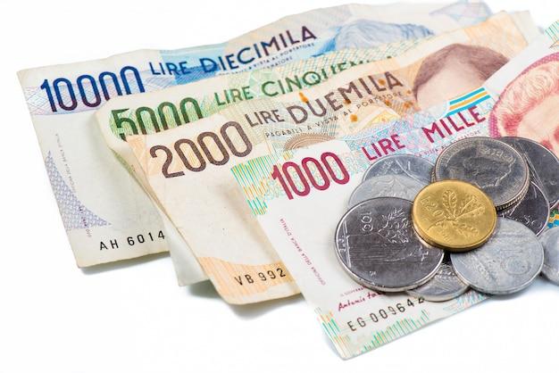 イタリアからの紙幣。イタリアのリラと金属のコイン