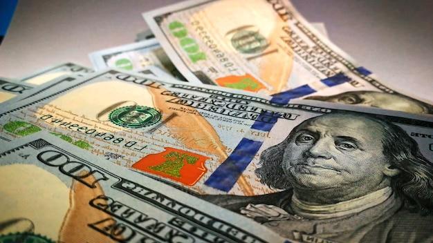 テーブルの上に横たわっている紙幣