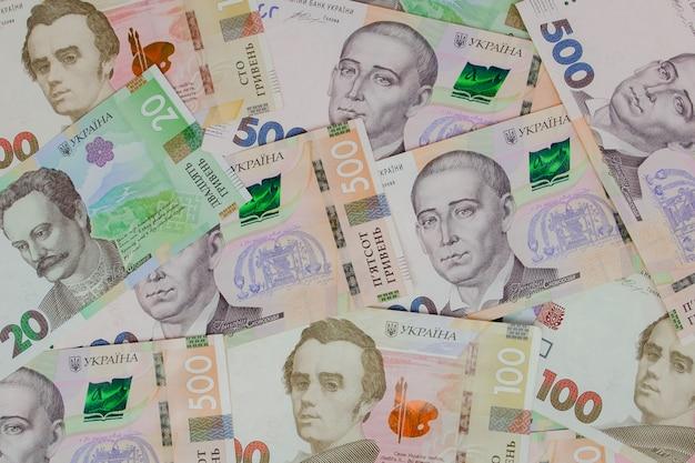 異なる値の背景の紙幣