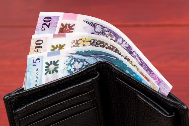 검은 지갑에 북 아일랜드의 지폐