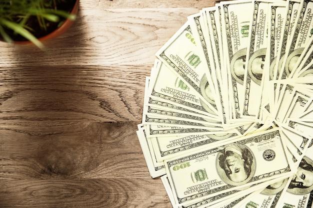 Банкноты долларов сша на деревянных фоне