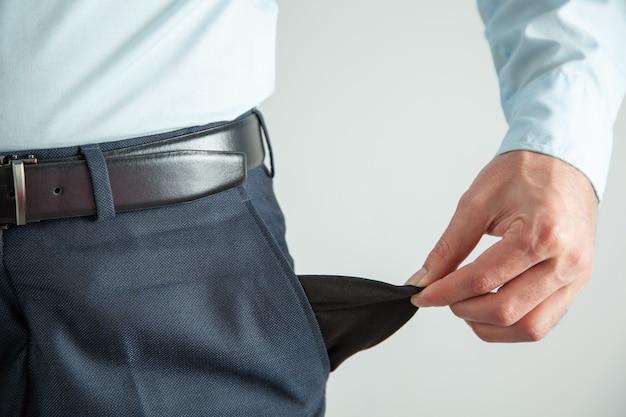 Обанкротившийся деловой человек, показаны пустой карман
