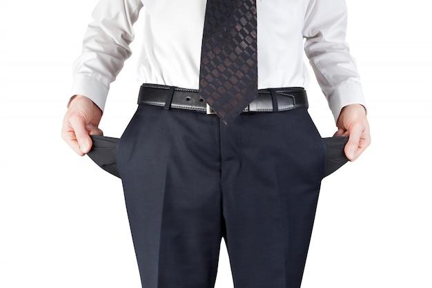 Обанкротившийся мужчина показывает пустые карманы на белом