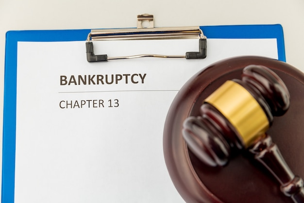 Понятие банкротства. документ на планшете.