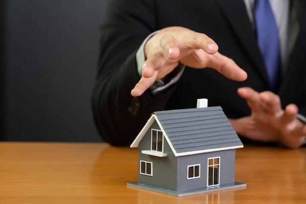 銀行は家を没収しようとしています。景気後退のコンセプト。
