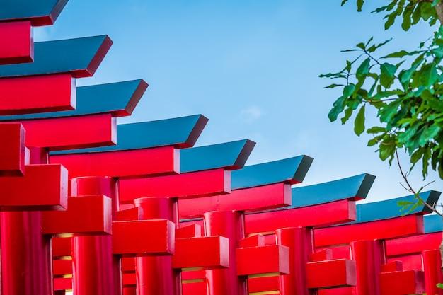 ヒノキの土地(bann mai hom hinoki)の赤い鳥居のクローズアップは、日本の近代建築を構成していますこれは、タイのチェンマイ県のチャイプラカーン地区にある新しい観光名所です。