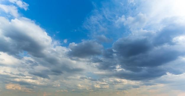 雲と雲と青い空をバナーします。自然な背景