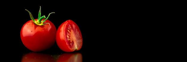 Дизайн баннера для приготовления пищи. помидоры черри на черном фоне. крупным планом. фото концепции здорового питания