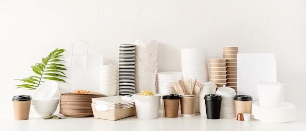 Баннер. экологически чистая одноразовая посуда и столовые приборы на столе
