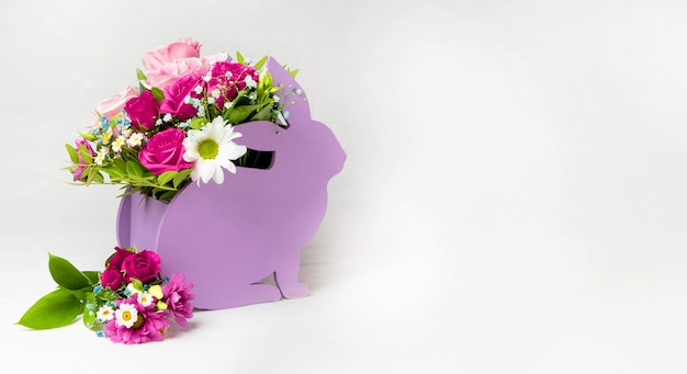 Баннер для флористического сайта кашпо в виде кролика с цветочной композицией на белом
