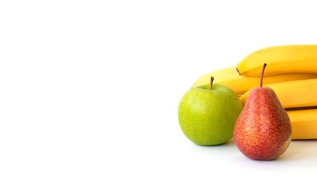 バナー。果物:白い表面に分離されたバナナ、リンゴ、ナシ。スペースをコピーします。