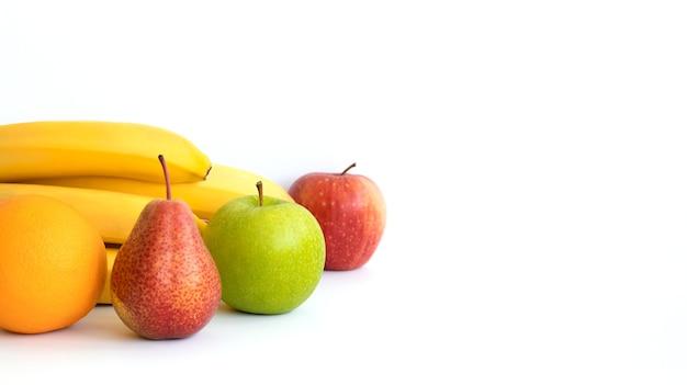 バナー。果物:バナナ、オレンジ、リンゴ、ナシ、白い表面に分離。スペースをコピーします。