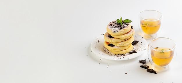 흰색 배경에 초콜릿과 녹차를 곁들인 코코넛 가루에 배너, 글루텐이 없는 치즈 케이크