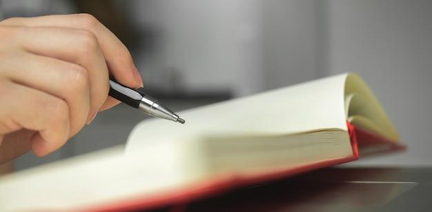 Баннер рука с карандашом и блокнотом, художник, рисующий карандашный рисунок, искусство, хобби и креативный дизайнер, фоновая фотография