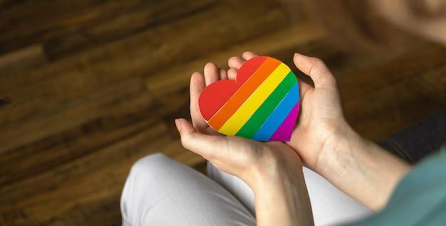 배너, lgbt 무지개 기호가 있는 손. 다채로운 심장 클로즈업입니다. lgbtq, 레즈비언 및 게이 권리, 자부심의 달 및 관용 배경 사진